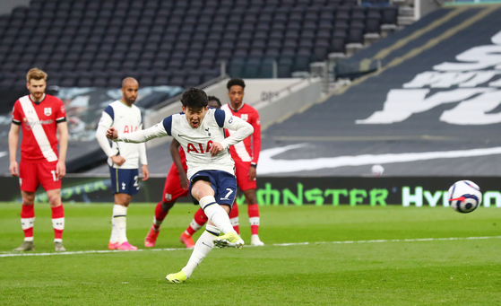 Tottenham Hotspur's Son Heung-min scores their second goal from the penalty spot to take a 2-1 win over Southampton at Tottenham Hotspur Stadium in London on Wednesday. [REUTERS/YONHAP]