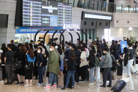 Gimpo Airport in Gangseo District of, western Seoul, is filled with travelers on Friday, as the country reports 797 new daily infections from the previous day. The number is the highest in 106 days. [NEWS1]