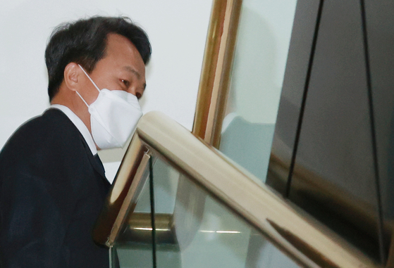 Shinhan Bank CEO Jin Ok-dong attends a meeting held by the Financial Supervisory Service sanctions committee on Thursday to dicuss the level of sanctions to be imposed on the bank and its CEO for misselling Lime Asset Management funds. [YONHAP]