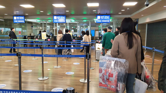 Passengers re-enter Korea through a separate immigration checkpoint specifically for this flight. They are not subject to the mandatory 14-day quarantine. [HALEY YANG]