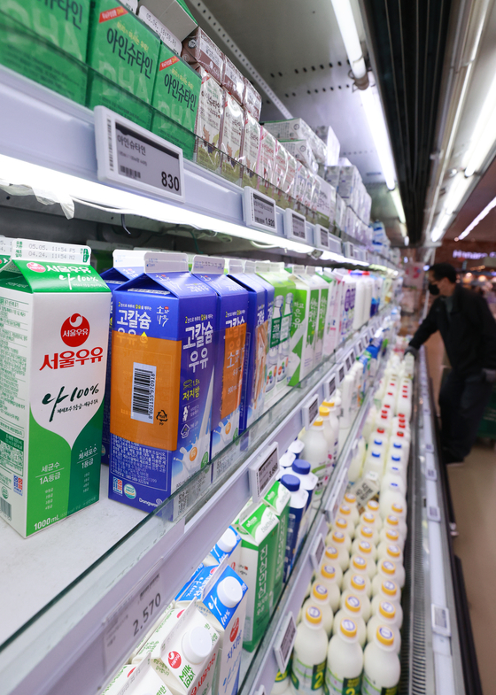 Despite a slump in milk consumption, the country's largest milk seller, Seoul Dairy Cooperative and Maeil, posted improved earnings last year by expanding its range of milk products. [YONHAP]