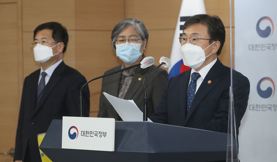 Health Minister Kwon Deok-cheol speaks during an emergency briefing on Covid-19 vaccines at the government complex in Seoul on Saturday. [NEWS 1]