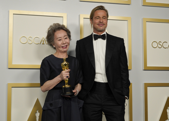 Brad Pitt, right, poses with Yuh-Jung Youn, winner of the award for best actress in a supporting role for ″Minari,″ in the press room at the Oscars on Sunday, April 25, 2021, at Union Station in Los Angeles. [AP/YONHAP]