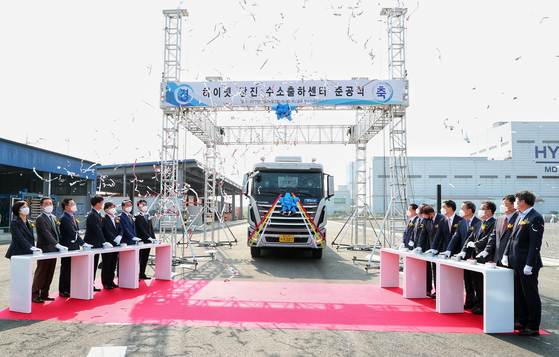 Dangjin Mayor Kim Hong-jang (fifth from left) and other participants press a button to celebrate the completed construction of the HyNet Dangjin Hydrogen Shipment Center, located within Hyundai Steel's Dangjin factory in South Chungcheong. [YONHAP]