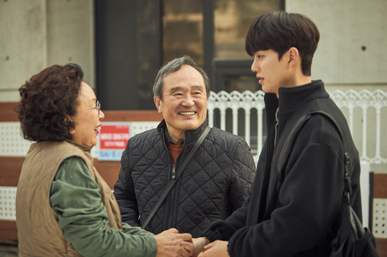 Shim Deok-chul (center, actor Park In-hwan) brings his ballet teacher Lee Chae-rok (right, actor Song Kang) home and introduces him to his wife (actor Na Mun-hee). [TVN]