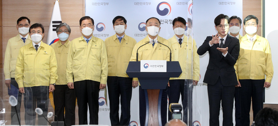 Flanked by government ministers, acting Prime Minister Hong Nam-ki on Monday addresses the nation on the current status of the government's vaccination campaign to fight the Covid-19 to help ease deepening public concerns about a shortage of vaccines. [NEWS1]