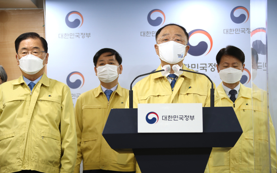 Acting Prime Minister Hong Nam-ki makes a statement at the government complex in Seoul on Monday to address Korea's acceleration of the Covid-19 vaccine rollout as the country has procured sufficient shots to achieve herd immunity by November. [YONHAP]