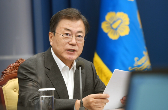 President Moon Jae-in calls out some countries for hoarding Covid-19 vaccine supplies in a meeting with senior secretaries at the Blue House Monday. [JOINT PRESS CORPS]