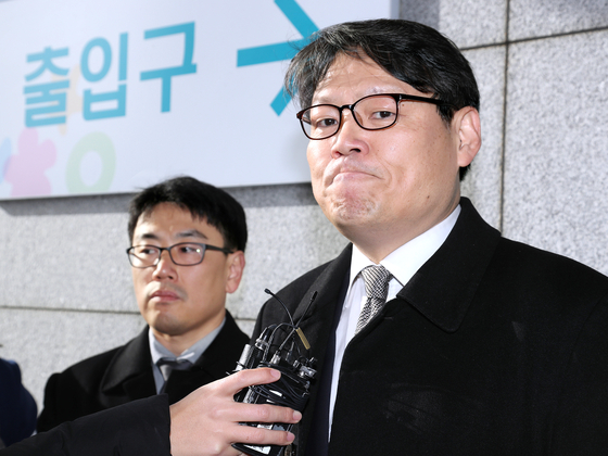 In this file photo, Lee Kwang-cheol, presidential secretary for civil affairs, right, enters the Seoul Central District Prosecutors' Office on Jan. 29, 2020, to be questioned about allegations that Blue House officials had tried to influence an Ulsan mayoral election in 2018.  [YONHAP]