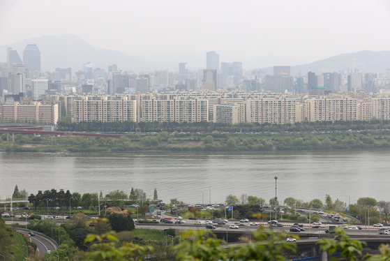 Views of apartment in Gangnam from the Han River on April 22. Apartment prices in Seoul on average are 1.1 billion won, which is the first. [YONHAP]