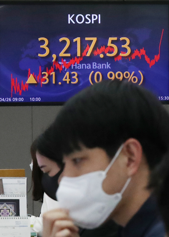 A screen in Hana Bank's trading room in central Seoul shows the Kospi closing at 3,217.53 points on Monday, up 31.43 points, or 0.99 percent from the previous trading day. [NEWS1]