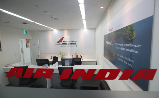 This photo, taken on Tuesday, shows the deserted Korean office of India's airline, Air India. The government said on the same day it will allow the operation of flights from coronavirus-ravaged India for the safe return of Korean citizens. Regular flights between Korea and India were suspended in March last year over coronavirus concerns. Only non-scheduled flights had been operated between the two countries until Saturday. [YONHAP]