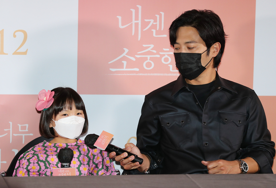 """Actors Jung Seo-Yeon (left) and Jin Goo attend a press conference for their upcoming film """"You're So Precious to Me"""" (2021) on Tuesday. The movie, set to hit local theaters May 12, tells the story of a materialistic man who becomes a father figure for a blind and deaf child. [ILGAN SPORTS]"""