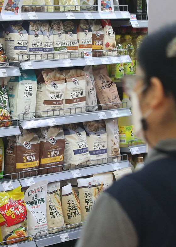 Flour is displayed on at a discount mart in Seoul on Tuesday as concerns grow over the recent spike in grain prices. International grain prices have risen to an eight-year high since 2013. [NEWS1]