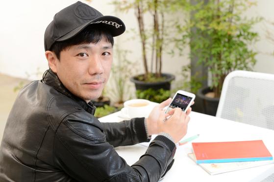 Singer Lee Seok-won of the band Onnine Ibalgwan, also known as Sister's Barbershop. [JOONGANG ILBO]