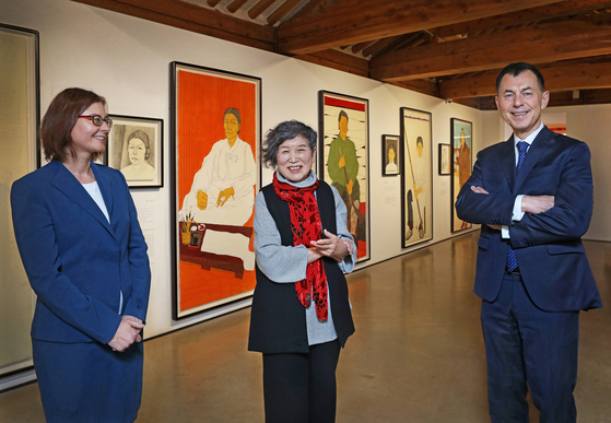 From left, Michaela Lee, director of the Czech Centre Seoul, artist Yun Suk-nam and Ambassador of the Czech Republic to Korea Gustav Slamecka visits Yun's exhibition at the Hakgojae Gallery in central Seoul last month. [PARK SANG-MOON]