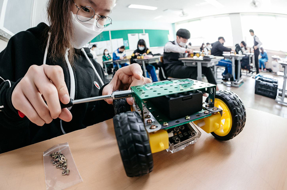 """Students build a model electric car during the education program """"Science Beyond Imagination"""" operated by the Posco 1% Foundation. [POSCO]"""