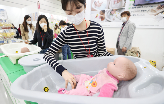 Baby products displayed during Baby Fair held at COEX on April 15. [YONHAP]