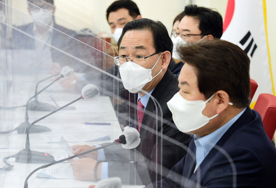 Rep. Joo Ho-young, floor leader of the People Power Party, center, talks to reporters at a media session on Wednesday. [YONHAP]