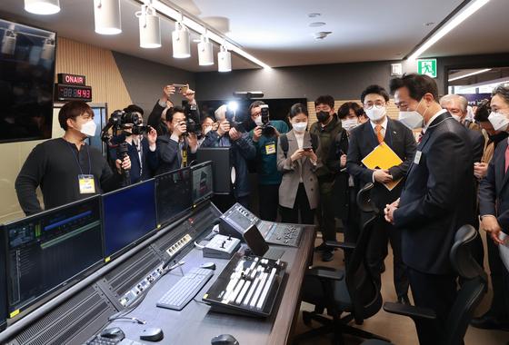 Seoul Mayor Oh Se-hoon, right, examining a studio in Seoul Tourism Plaza on Thursday. [YONHAP]