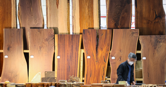 Wooden tables are on display at the Housing Brand Fair & Tool Show held at COEX in Gangnam District, southern Seoul, on Thursday. [YONHAP]