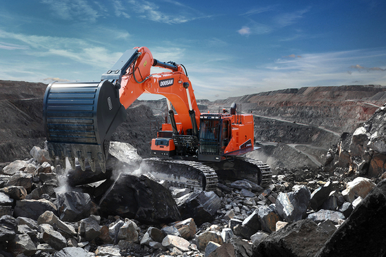 Doosan Infracore's DX800LC-7, a 80-ton crawler excavator. Doosan Infracore sold 4,591 excavators in China last month, selling a record amount. [YONHAP]