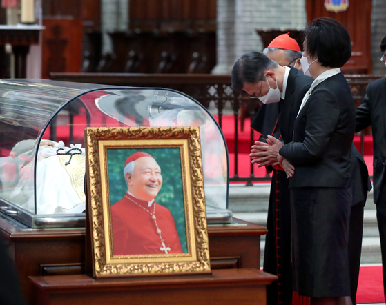 President Moon Jae-in and first lady Kim Jung-sook pay condolences over the death of Cardinal Nicholas Cheong Jin-suk, a former archbishop of Seoul, at the Myeongdong Cathedral in central Seoul Thursday. [YONHAP]