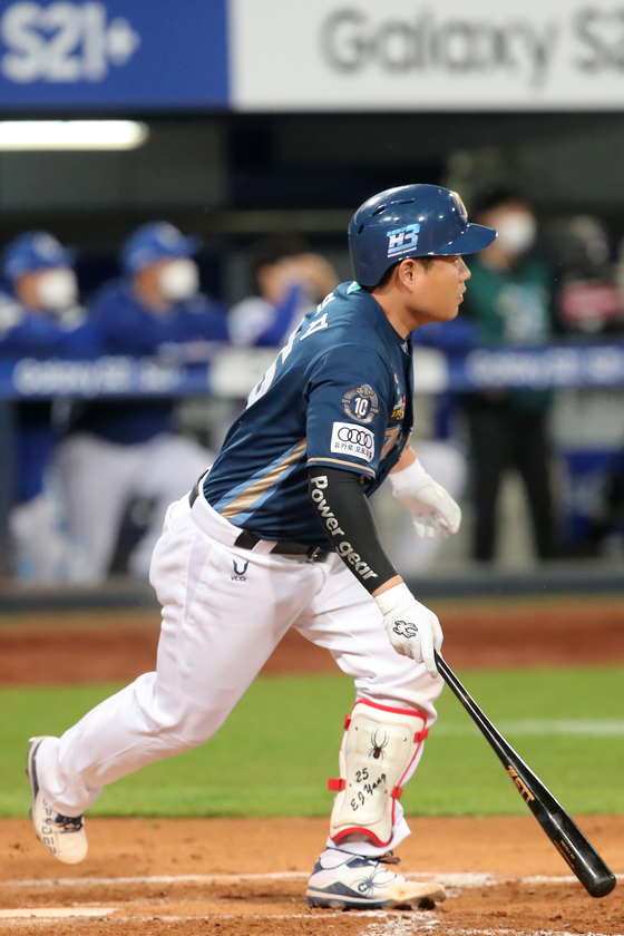 Yang Eui-ji of the NC Dinos hits a double in the seventh inning against the Samsung Lions to complete the cycle at Daegu Samsung Lions Park in Daegu on Thursday. Yang is the first catcher in KBO history to hit for the cycle. [NEWS1]