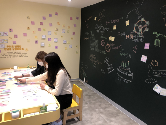 The final section of the exhibit invites children to sit down and write or draw pictures about who they most want to meet after the pandemic is over. [YIM SEUNG-HYE]