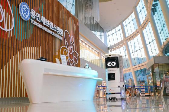 SK Telecom's Keemi monitors visitors at Yongin Severance Hospital in Gyeonggi. [SK TELECOM]