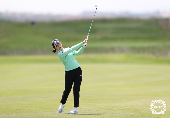 Park Hyun-kyung takes her shot on the third hole in the final round of the CreaS F&C The 43rd KLPGA Championship at South Links Yeongam in Yeongam, North Jeolla, on Sunday. Park won the tournament for the second year in a row. [NEWS1]