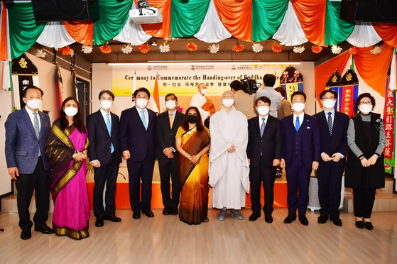 Sripriya Ranganathan, ambassador of India to Korea, sixth from right; Ven. Hyun Moon, head monk of Tongdosa Temple, fifth from right; and Yeo Han-gu, secretary to the president for the New Southern and Northern Policy, second from right, celebrate the gifting of a Buddha statue from the Indian Council for Cultural Relations of New Delhi to Tongdosa Temple in Yangsan, South Gyeongsang. The ceremony was held on Friday at the Swami Vivekananda Cultural Centre of the Embassy of India in Seoul. According to the embassy, the temple enjoys a special connection with India, for it is said to have been built by monks who had traveled to India and become part of the Buddha's close circle of disciples. [EMBASSY OF INDIA IN KOREA]