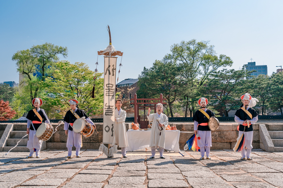 Korea's renowned traditional percussionist Kim Duk-soo performs during this year's Royal Culture Festival. He will perform again on May 3 at the Changdeok Palace. [CULTURAL HERITAGE ADMINISTRATION]