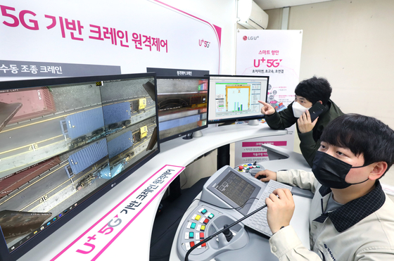 Real-time video of the remote-controlled yard crane is sent to a control room 30 meters away from the site. [LG U+]