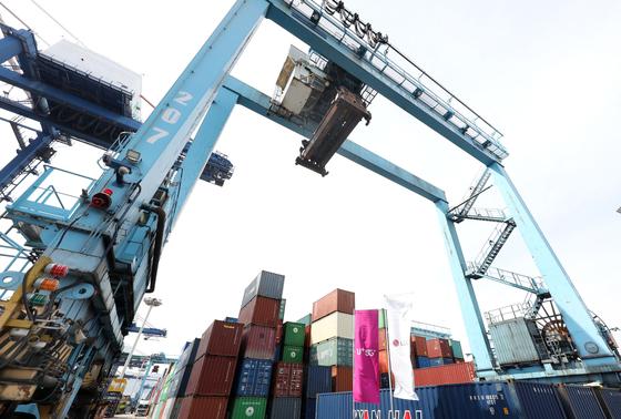 Yard crane No. 207 in Dongwon Pusan Container Terminal in Busan port. [LG U+]