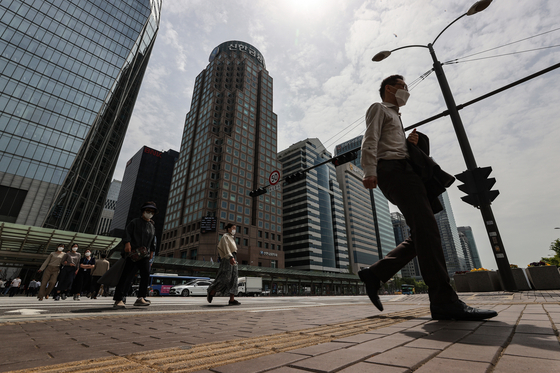 Office workers in Yeouido, Seoul, in April. People in their 40s have very little left after paying for necessities at the end of the month. [YONHAP]