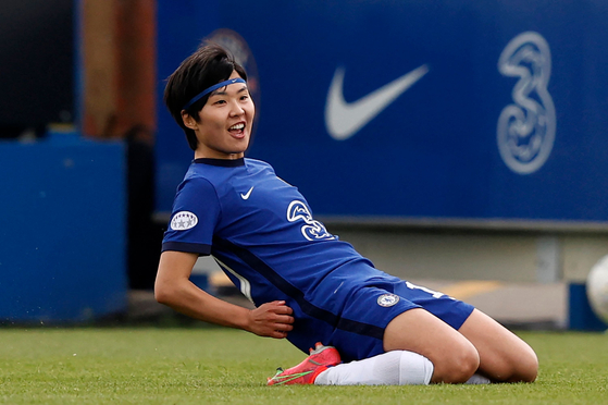 Ji So-yun celebrates after scoring Chelsea's second goal during the UEFA Women's Champions League semifinal against Bayern Munich at Kingsmeadow Stadium in London on Sunday. [AFP/YONHAP]