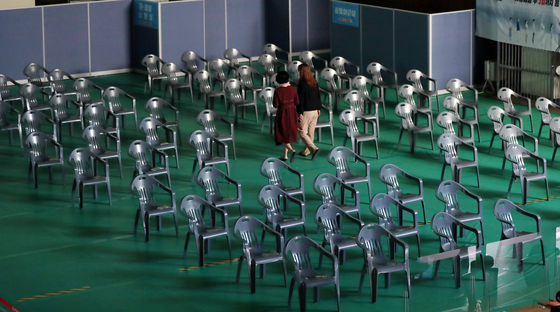 A vaccination center in Buk District in Gwangju is empty Monday amid a temporarily halt in the first vaccinations of people over 75 because of a shortage of Pfizer vaccine supplies through at least mid-May. [YONHAP]