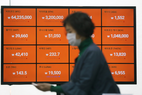 Prices of Bitcoin and altcoins, including Chainlink and Tron, are displayed on a digital screen on April 29 at Bithumb's office in Gangnam, southern Seoul. [NEWS1]