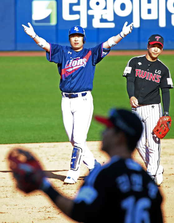 Samsung Lions infielder Lee Won-seok celebrates after picking up two RBIs against the LG Twins at Daegu Samsung Lions Park in Daegu on Sunday [YONHAP]
