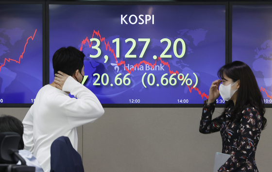 A screen in Hana Bank's trading room in central Seoul shows the Kospi closing at 3,127.20 points on Monday, down 20.66 points, or 0.66 percent from the previous trading day. [YONHAP]