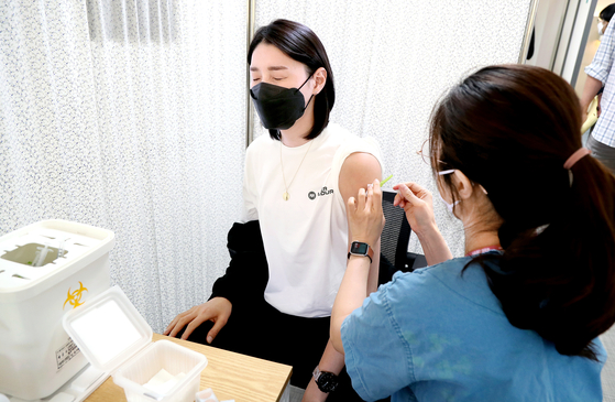 Volleyball star Kim Yeon-Koung gets her Pfizer jab on Thursday at the National Medical Center in central Seoul in preparation for the Tokyo Olympics. [YONHAP]