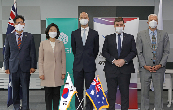 From left, Kim Jong-sun, chief marketing officer of Pepper Savings Bank; Kim Hyo-eun, deputy director-general of the Global Green Growth Institute (GGGI); Andrew Wagner, vice-chair of the Australian Chamber of Commerce in Korea; Rowan Petz, executive director at the chamber; and Lasse Ringius, director and head of green investment services at the GGGI at a forum on green financing organized by the chamber and the institute at GGGI headquarters in central Seoul on Tuesday. [PARK SANG-MOON]