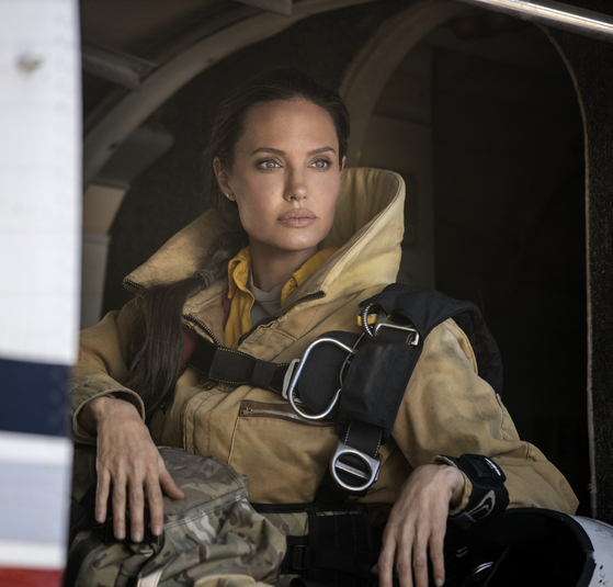 """Angelina Jolie as a veteran smoke jumper risks her life to save a little boy in action thriller """"Those Who Wish Me Dead."""" [WARNER BROS KOREA]"""