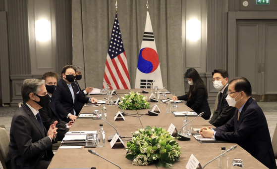 South Korean Foreign Minister Chung Eui-yong, right, and U.S. Secretary of State Antony Blinken hold talks on the sidelines of a G7 ministers' meeting in London Monday and discuss the Joe Biden administration's review of North Korea policy. [FOREIGN MINISTRY]