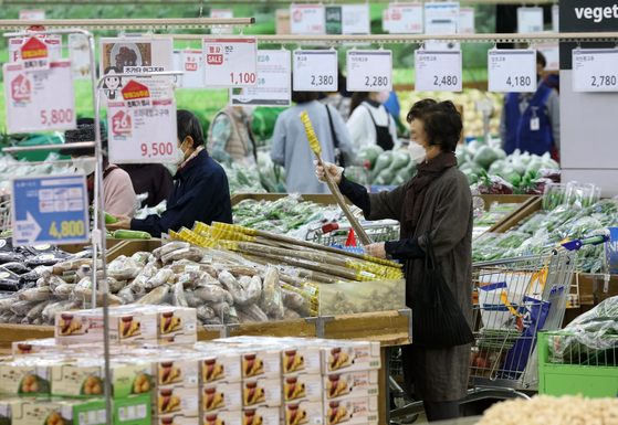 People shopping for groceries at Hanaro Mart in Yangjae, Seoul, on Tuesday. Consumer prices rose at its sharpest rate in more than three years, increasing burden on consumers. [YONHAP]