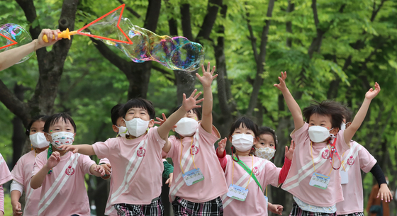 Children frolic with soap bubbles in the Boramae Park in Daejeon on Tuesday, a day before Children's Day.  [NEWS1]