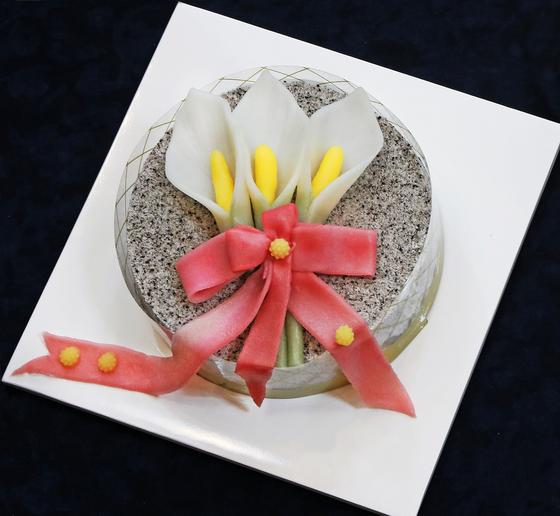 Calla lilies made of tteok. [PARK SANG-MOON]