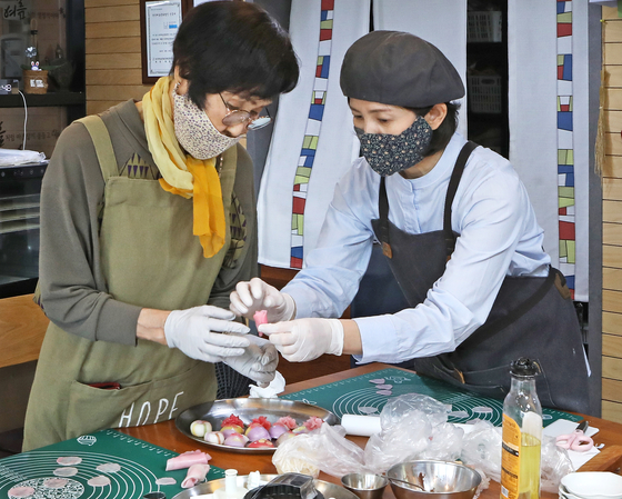 Kim's Hwajeon Nori tteok craft workshop attracts visitors who want to learn the craft as well as tourists who visit the nearby Hwaseong Fortress. [PARK SANG-MOON]