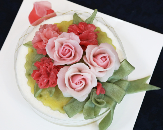 A tteok cake decorated with roses made of tteok. [PARK SANG-MOON]